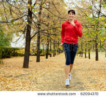 corrida 4-8stock-photo-girl-running-among-autumn-trees-and-smiling-62094370